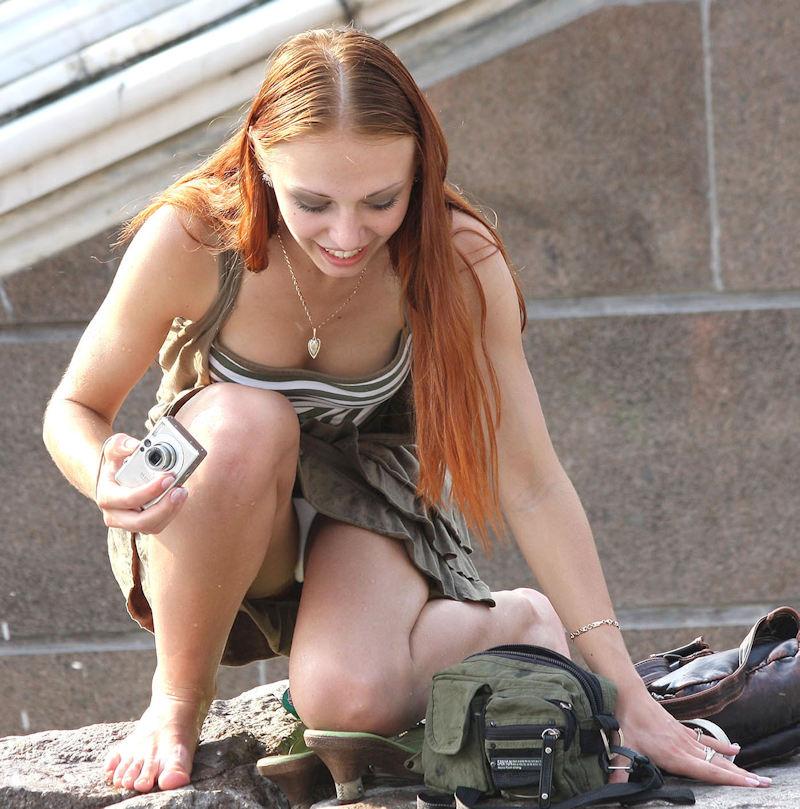 【パンチラ盗撮】ミニスカートなのに油断し過ぎな外人ネキのパンチラ街撮りエロ画像!・1枚目