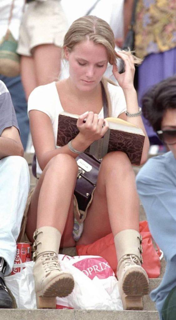 【パンチラ盗撮】ミニスカートなのに油断し過ぎな外人ネキのパンチラ街撮りエロ画像!・11枚目
