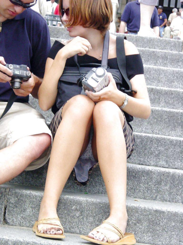 【パンチラ盗撮】ミニスカートなのに油断し過ぎな外人ネキのパンチラ街撮りエロ画像!・23枚目