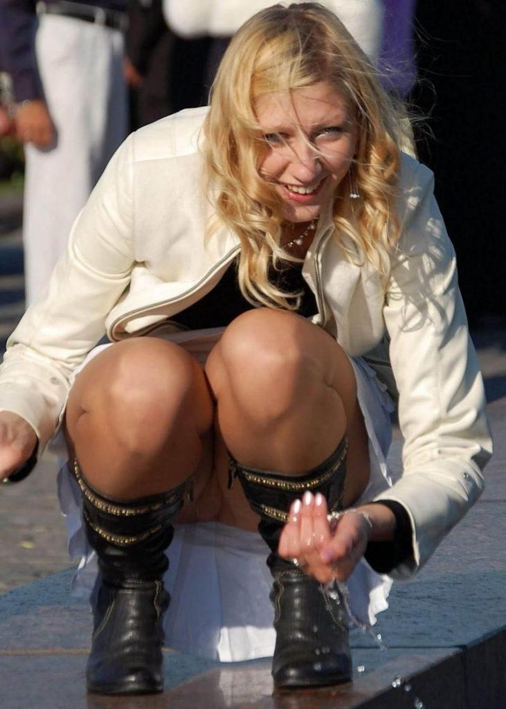 【パンチラ盗撮】ミニスカートなのに油断し過ぎな外人ネキのパンチラ街撮りエロ画像!・25枚目
