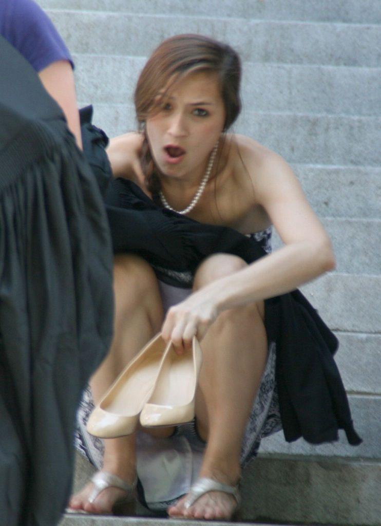 【パンチラ盗撮】ミニスカートなのに油断し過ぎな外人ネキのパンチラ街撮りエロ画像!・28枚目