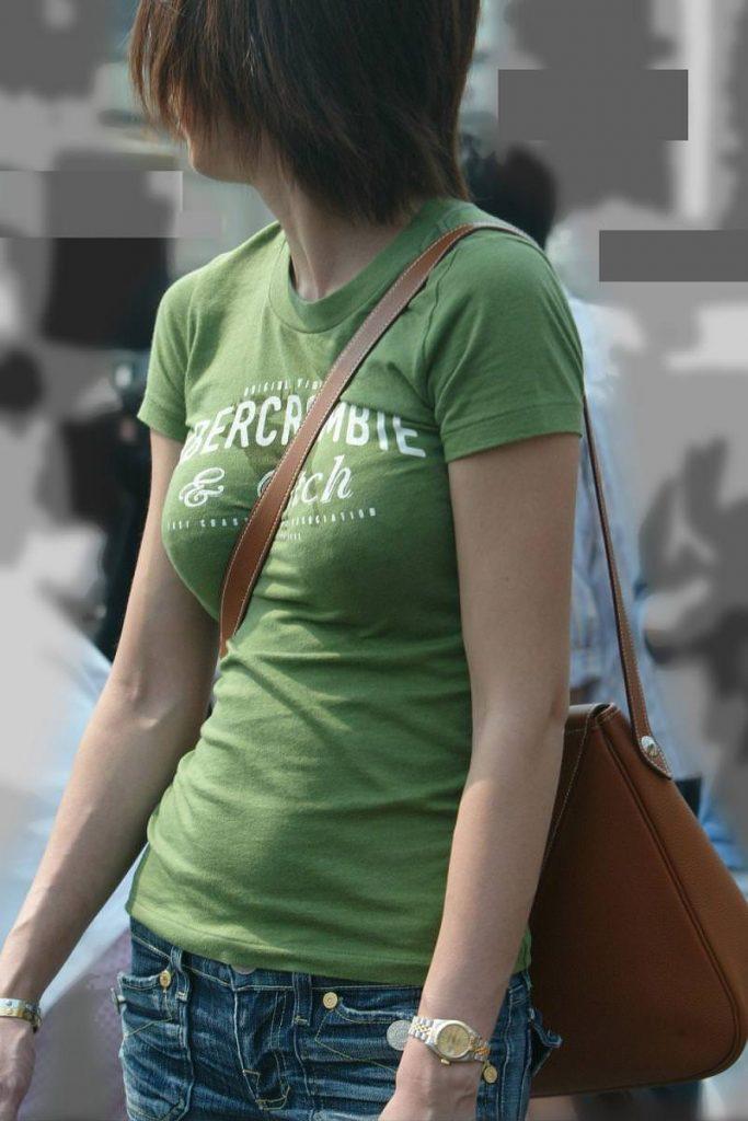 """【パイスラ盗撮】鞄の紐が喰い込んでおっぱい強調しちゃってる""""街撮りパイスラ盗撮""""のエロ画像・4枚目"""
