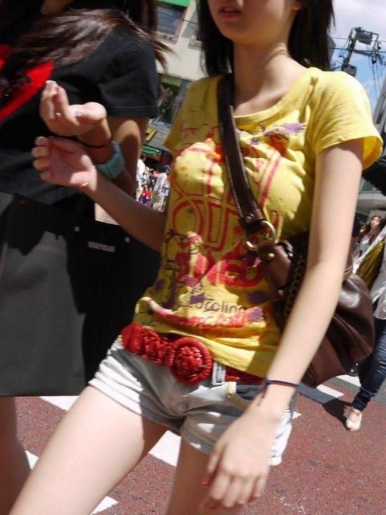 """【パイスラ盗撮】鞄の紐が喰い込んでおっぱい強調しちゃってる""""街撮りパイスラ盗撮""""のエロ画像・24枚目"""