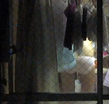 【民家盗撮】マンション住まいだからってカーテン開けてるまんさん、案の定隣の奴にコレされる・・・・(画像30枚)・16枚目