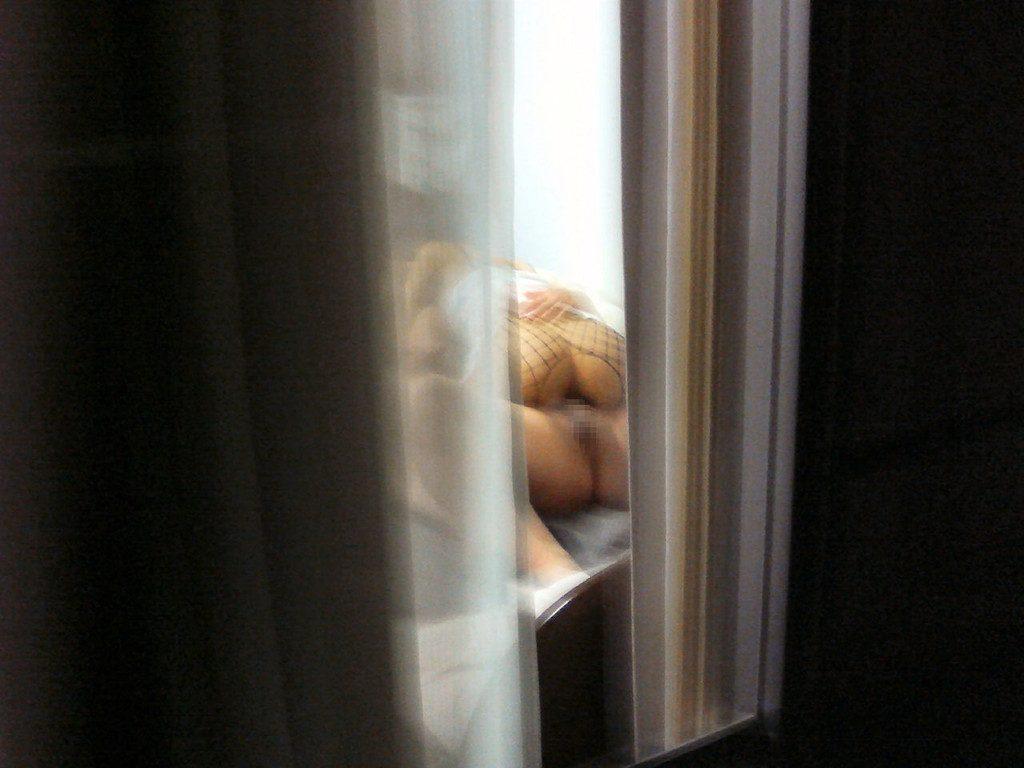 【民家盗撮】マンション住まいだからってカーテン開けてるまんさん、案の定隣の奴にコレされる・・・・(画像30枚)・19枚目