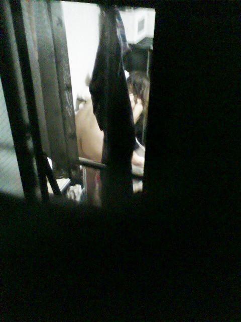 【民家盗撮】マンション住まいだからってカーテン開けてるまんさん、案の定隣の奴にコレされる・・・・(画像30枚)・25枚目