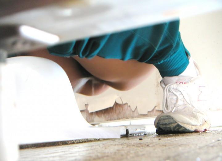 """【和式トイレ盗撮】後ろからならお尻の穴が、前からならマンコが丸見えになっちゃう""""和式便所""""の盗撮エロ画像・30枚目"""