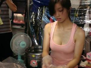 台湾の屋台の売り子さん、谷間 で客引きをしてる件。。