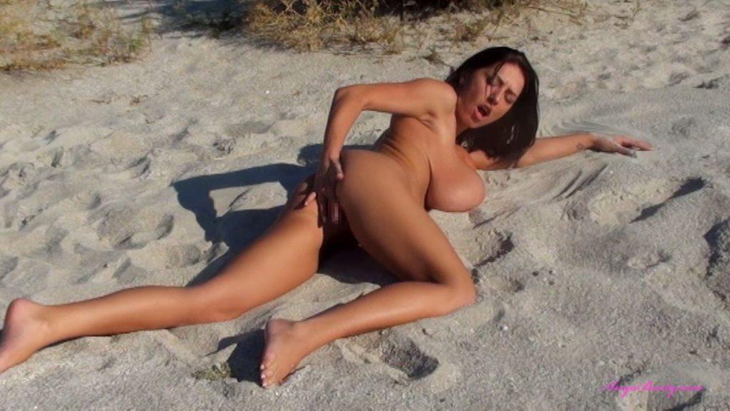 ヌーディストビーチでオナニーしちゃった女さん、当然のようにマンコ側から盗撮されるwwwww・3枚目