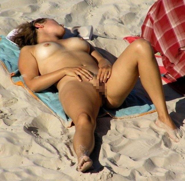 ヌーディストビーチでオナニーしちゃった女さん、当然のようにマンコ側から盗撮されるwwwww・5枚目