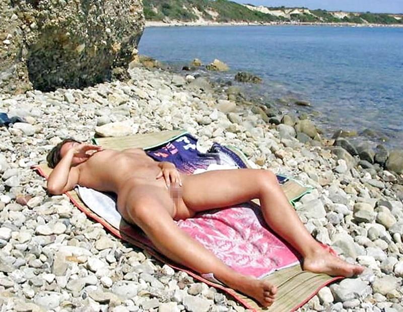 ヌーディストビーチでオナニーしちゃった女さん、当然のようにマンコ側から盗撮されるwwwww・15枚目