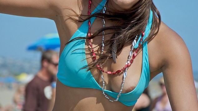 【※悲報※】大波に打たれた外国人ネキ、ビーチで思っくそポロリして爆死wwwwwwwwwwww(画像あり)・1枚目
