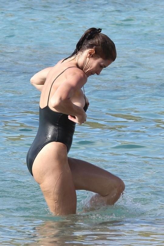 【※悲報※】大波に打たれた外国人ネキ、ビーチで思っくそポロリして爆死wwwwwwwwwwww(画像あり)・4枚目