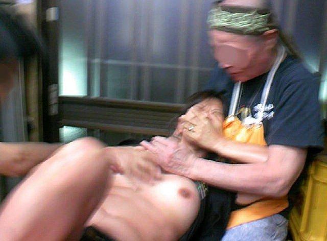 【胸糞注意】口を塞がれ抵抗できずレイプされてる女見て興奮する奴いるんか??(画像あり)・5枚目